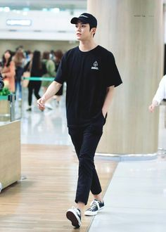 a simple rule to be just that good with a simple outfit. be black. Korean Fashion Men, Korean Street Fashion, Korean Men, Mens Fashion, Outfits Hombre, Trendy Outfits, Fashion Outfits, Fashion Model Poses, Boyfriend Style