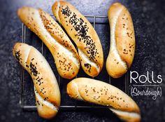 Když jsem na podzim začal péct kváskový chléb, netušil jsem, že se vrhnu i na pečení tradičních českých rohlíků. Samozřejmě, vybízí se motivace mého jména, kte
