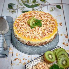"""Kwarktaart met kokos en kiwi. Bodem: 10 digestivekoekjes, 1 dl geraspte kokos. 75 gr boter.  (Meng dit en druk het in springvorm. 5 min bakken in 175 graden; af laten koelen) Vulling: 4 eieren 400 gr verse kaas mascarpone/Philadelphia 1dl kokosroom/melk 2 tlp vanillesuiker 1 tlp vers geperst citroensap, (Meng de ingr voor de vulling; bakken op koude bodem 35/40 minuten 175""""C, af laten koelen) Topping:  250gr mangovruchtvlees 2 gelatineblaadjes (Pureer de mango verwarm de mango samen met de…"""