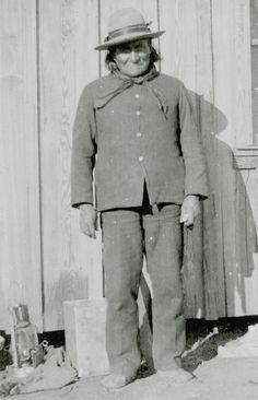 Geronimo at Fort Sill, Oklahoma, where he enlisted as an Indian Scout for three years on June 11, 1897. As his enlistment paper shows, he was 63 years old at the time. Native American History, Native American Indians, Native Americans, Plains Indians, Les Américains, Sioux, Indian Scout, Cowboys And Indians, Native Indian