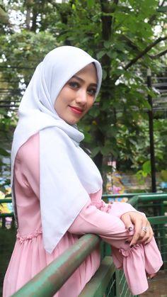 Arab Girls Hijab, Girl Hijab, Muslim Girls, Muslim Women, Hijab Fashion, Fashion Outfits, Womens Fashion, Beautiful Hijab, Beautiful Women