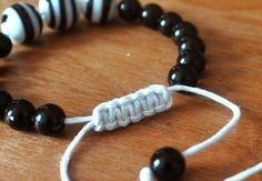 Sliding Macrame Closure For Bracelets An adjustable closure for cord bracelets . Free tutorial with pictures on how to make a bracelet in under 10 [. Hemp Jewelry, Jewelry Knots, Bracelet Knots, Bracelet Crafts, Macrame Jewelry, Bracelet Making, Jewelry Crafts, Macrame Bracelets, Jewellery