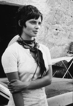 Isabella Rossellini, Model/Actress, Wears A Casual White Tee In Rome Isabella Rossellini, Italian Actress, Old Actress, Pixie Cut Kurz, Long Pixie Hairstyles, Pixie Haircut, Short Haircuts, Ingrid Bergman, Celebrity Gallery