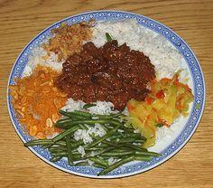 Smoor Djawa, geserveerd met witte rijst, sperzieboontjes, seroendeng, gebakken uitjes en atjar tjampoer. Bereid door de Happy Chief Cook. Ee...