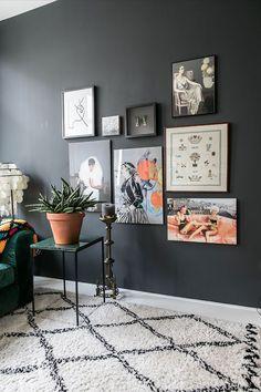 KLEURRIJK INTERIEUR de zwarte muren vormen een mooie tegenhanger in het warme kleurenpalet van Daantje Living Room Colors, My Living Room, Living Room Decor, Dark Walls, Wall Colors, Colours, Interior Inspiration, Wall Art Decor, Gallery Wall