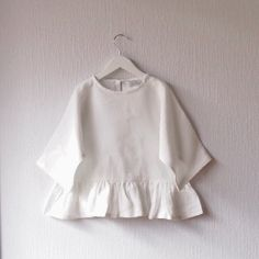 Top blanc Toddler Boy Fashion, Kids Fashion, Frill Dress, Little Fashion, Stylish Kids, Kid Styles, Matilda, Kids Wear, Shirts For Girls