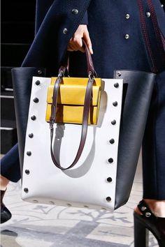 Quels sacs ont fait le buzz à la Fashion Week de Londres automne-hiver 2016-2017 ? Réponse en images.