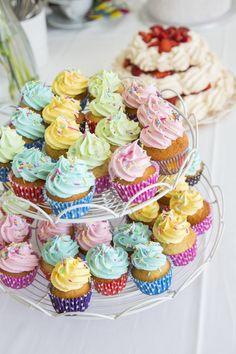 Vatkaa, vatkaa - maailman parhaat kuppikakut! Mini Cupcakes, Chutney, Food And Drink, Desserts, November, Inspiration, Tailgate Desserts, November Born, Biblical Inspiration