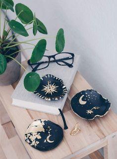 DIY Schmuckschälchen mit Blattgold – Mond und Sterne Look Do it yourself DIY jewelry bowl with gold leaf – ceramic look – beautiful DIY gift idea The post DIY jewelry bowl with gold leaf – moon and star look appeared first on Fab. Diy Jewellery Dish, Diy Jewelry Rings, Diy Jewelry Unique, Diy Jewelry To Sell, Diy Jewelry Holder, Diy Jewelry Making, Gold Jewelry, Jewelry Crafts, Diy Clay