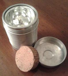 Thermos portavivande anni '50 in alluminio, con grande tappo di sughero interno: il coperchio si chiude avvitandolo.