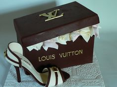 Louis Vuitton shoe box and shoe - This is a strawberry cake with strawberry buttercream covered with fondant. The shoe and all decorations are fondant. Shoe Box Cake, Shoe Cakes, Purse Cakes, Handbag Cakes, Bolo Chanel, Louis Vuitton Cake, Fashionista Cake, Shoe Template, Strawberry Cakes