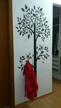 Cabideiro de árvore com adesivo de parede e puxadores.