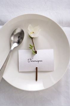 Marque Place Végétal 'Papier' The simplest place card Wedding Table, Diy Wedding, Wedding Flowers, Wedding Card, Place Settings, Table Settings, Deco Floral, Floral Design, Table Cards