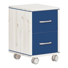 Mit diesem charmanten Rollcontainer bringen Sie flexibel Ordnung in Büro, Kinderzimmer oder Bad: <b>2 robuste Schubladen</b> bieten auf der komfortablen Höhe von ca. 56 cm bequem Platz für Büroutensilien, Pflegeprodukte und weitere nützliche Accessoires. Dank 4 leichtgängiger Rollen aus hochwertigem Kunststoff bewegen Sie diesen <b>Rollcontainer </b>mühelos dorthin, wo er Sie optimal unterstützt. Die Front in <b>dunklem Blau</b> ergibt einen dekorativen Kontrast zum Korpus in hellen…