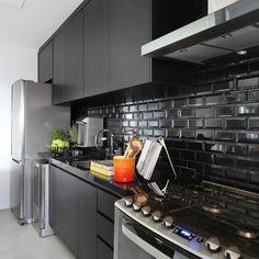 Cores para cozinha: 70 ideias contagiantes para colorir o espaço Updated Kitchen, New Kitchen, Kitchen Dining, Black Kitchens, Home Kitchens, Kitchen Cabinet Colors, Kitchen Cabinets, Küchen Design, House Design