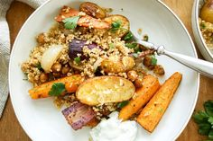 einfaches Rezept für marokkanisches Ofengemüse mit gerösteten Karotten und Kartoffeln. Dazu Kichererbsen, Bulgur und ein leckerer Kräuter-Joghurt. Vegetarisch, glutenfrei
