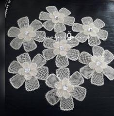 İğneden gelen güzelliklere yatak oda takımı🥀 @aytenin_ell_isleri Filet Crochet, Crochet Doilies, Crochet Lace, Diy Crafts Crochet, Jute Crafts, Diy Embroidery Flowers, Crochet Mouse, Ethnic Patterns, Irish Lace
