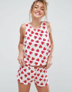Pijama con pantalón corto y camiseta sin mangas con estampado de fresas de ASOS