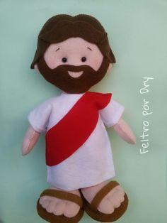 Boneco ilustrativo de Jesus em feltro, todo costurado à mão com bordado, pés realista, fica em pé sozinho. òtima opção de presente e útil para contar histórias da bíblia.