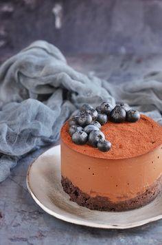 Vegán csokis namelaka mini torta cukormentesen, áfonyával és kesztyűtartós romantikával | Sweet & Crazy Healthy Cake, Mousse Cake, Stevia, Minion, Cake Designs, Sugar Free, Blueberry, Panna Cotta, Paleo