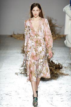 Guarda la sfilata di moda Au jour le jour a Milano e scopri la collezione di abiti e accessori per la stagione Collezioni Autunno Inverno 2017-18.