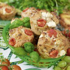 Förgyll utflykten med riktigt god mat. De här matiga muffinsen med salami, fetaost och lök får självklart följa med i picknickkorgen.