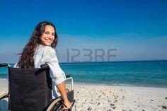 handicaps: Mujer lisiada que mira la cámara en un día soleado Foto de archivo