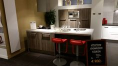 Compacte keuken met eiland en demikasten, met veel bergruimte.  http://www.grando.nl/vestigingen/grando-hoorn