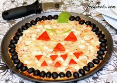 ~Halloween Pizza~ 1 frozen cheese pizza inches) 1 can ounces) pitted ripe olives, drained and halved 1 medium sweet red pepper 1 small green pepper Halloween Pizza, Halloween Snacks, Halloween Fun, Halloween House, Halloween Costumes, Yummy Treats, Yummy Food, Tasty, Cant Stop Eating