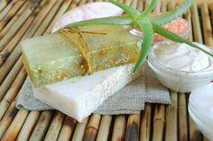 How to Make Moisturizing Aloe Vera Soap - Step To Health Aloa Vera, Smelly Armpits, Aloe Vera Skin Care, Aloe Vera For Hair, Homemade Cosmetics, Soap Recipes, Diy Skin Care, Home Made Soap, Natural Cosmetics