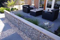 Moderne tuin aan het water met schanskorven DECAtuinen hoveniers Almere Flevoland