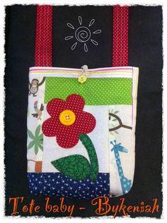 Esta linda bolsinha foi confeccionada com tecidos 100% algodão, em patchwork e apliques. Com alça transversal para maior comodidade da criança. Forrada com manta para ficar bem fofinha. R$ 35,00