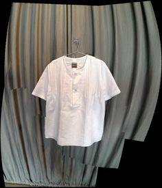 Camisa em linho branco, botão em cerâmica e bordado à mão  http://heroina-alexandrelinhares.blogspot.com.br/2013/12/botao-em-ceramica-e-bordado-mao.html
