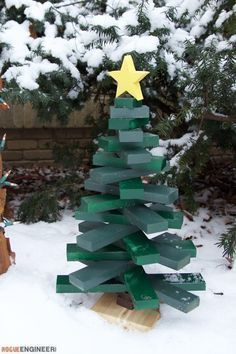 DIY and Crafts Awesomeness (DIY easy wood tree plans Free Project Plans Wooden Christmas Crafts, Pallet Christmas Tree, Xmas Crafts, Christmas Projects, Christmas Ornaments, Pallet Tree, Christmas Trees, Diy Christmas, Christmas Decorations Diy For Kids