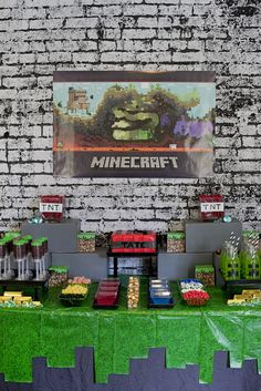 Me encanta el mantel para esta mesa de Minecraft utilizando dos manteles de colores diferentes para el aspecto pixelado. #FiestasInfantiles
