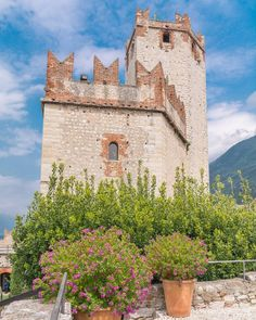 8e30 ed è subito caccia al segno blu ricoperto di ghiaia.   Castello di Malcesine VR. Lago di Garda.