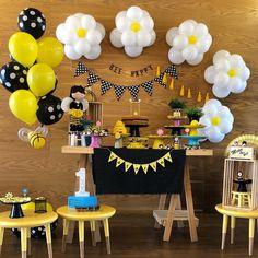 Bee happy 🐝 😃 por Vi no . Sunflower Birthday Parties, Baby Girl Birthday Theme, Bumble Bee Birthday, Sunshine Birthday Parties, Daisy Party, Bee Party, Baby Shower Deco, Baby Shower Desserts, Bee Theme