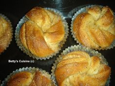 Πριν λίγες μέρες έλαβα ένα πολύ όμορφο μήνυμα από την φίλη του blog Βούλα Π. που μένει στο Μάντσεστερ, η οποία μεταξύ άλλω... Greek Sweets, Greek Desserts, Greek Recipes, Sweet Buns, Sweet Pie, Greek Cookies, Cake Recipes, Dessert Recipes, Greek Dishes