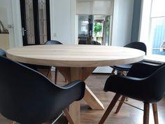 Een ronde eettafel voor een ruimte waarin een langwerpige tafel moeilijk past. Een prachtig eindresultaat is deze stoere ronde eiken eettafel met eiken matrix onderstel. Compleet op maat gemaakt! Dining Table, Furniture, Design, Home Decor, Mesa Redonda, Mesas, Decoration Home, Room Decor, Dinner Table