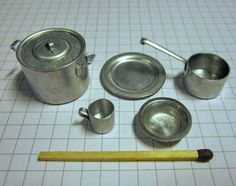 Make your own pots and pans. Amazing tutorial on using old radio parts - Dolls Miniatures Z Miniature Kitchen, Miniature Crafts, Miniature Houses, Miniature Dolls, Dollhouse Tutorials, Diy Dollhouse, Dollhouse Miniatures, Victorian Dollhouse, Modern Dollhouse