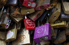 Una fotografía de cerca de los 'candados del amor' que estaban colgados en el Puente de las Artes sobre el río Sena en París, Francia.