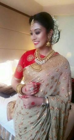 OMG Saree ensemble w/ Everything is beautiful, except perhaps the unnecessary pendant at necklace bottom 'Indian Wedding Reception look' Flowers on hair South Indian Bride, Indian Bridal, Indian Dresses, Indian Outfits, Moda Indiana, Indian Attire, Indian Wear, Elegant Saree, Saree Dress