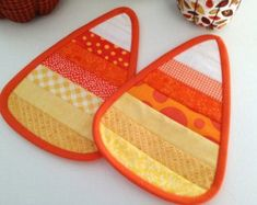 Candy Corn Quilted Candle Mat, Coffee Mat, Mug Rug - Halloween Decor Table Halloween Sewing, Fall Sewing, Halloween Quilts, Halloween Crafts, Candy Corn, Fabric Crafts, Sewing Crafts, Mug Rug Patterns, Quilt Patterns