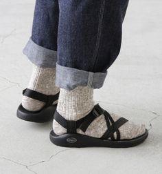 今トレンドの【サンダル×靴下】コーディネート。ナチュラルなスタイルにもぴったりで、組み合わせ次第で様々なコーディネートを楽しめます。 今回は定番の、「Teva」「Chaco」「BIRKENSTOCK」の3つのサンダル×靴下のコーディネートをご紹介します。