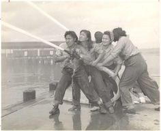 Des bénévoles apprennent à combattre les incendies à Pearl Harbor. (1941-1945)