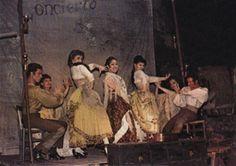 """Lélé de Triana est un authentique gitan d'Andalousie issu d'une longue lignée d'artistes : danseurs, chanteurs, musiciens… Son père enseignait les Beaux-Arts tout en pratiquant l'illusionnisme et sa mère (Emélina Torrès) était une danseuse de flamenco reconnue et la partenaire de Vincente Escudero. Son grand père maternel était le guitariste flamenco Niño de Lucena (dit """" El Lentejo """") et son oncle (le frère d'Emélina) n'était autre qu'Andrès Segovia, le légendaire guitariste classique."""
