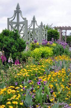 A long border at the Home Retreat of P. Allen Smith. <-Dream Cutting Garden.