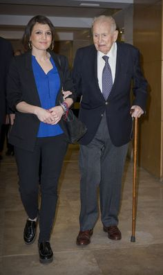 Holland's Argentina-born Queen Maxima's father Jorge Horacio Zorreguieta has died at age 89 from cancer in Buenos Aires on August 2017 Purple Lace, Purple Dress, Funeral, Nude Court Shoes, Dutch Queen, Princesa Diana, Queen Maxima, Loose Hairstyles, Stunning Dresses