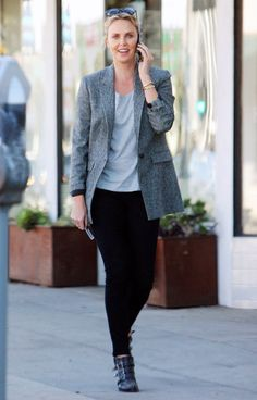 Charlize Theron in J Brand black jeans - click through to shop more celebrity denim outfit ideas Grey Skinny Jeans, Mid Rise Skinny Jeans, Black Jeans, Airport Attire, Charlize Theron Style, Beste Jeans, Ny Style, Celebrity Style Inspiration, Mother Denim