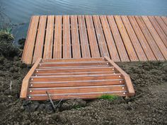 Vissteiger met toegangstrap van hardhout dekdelen uitgevoerd met gripstrip.